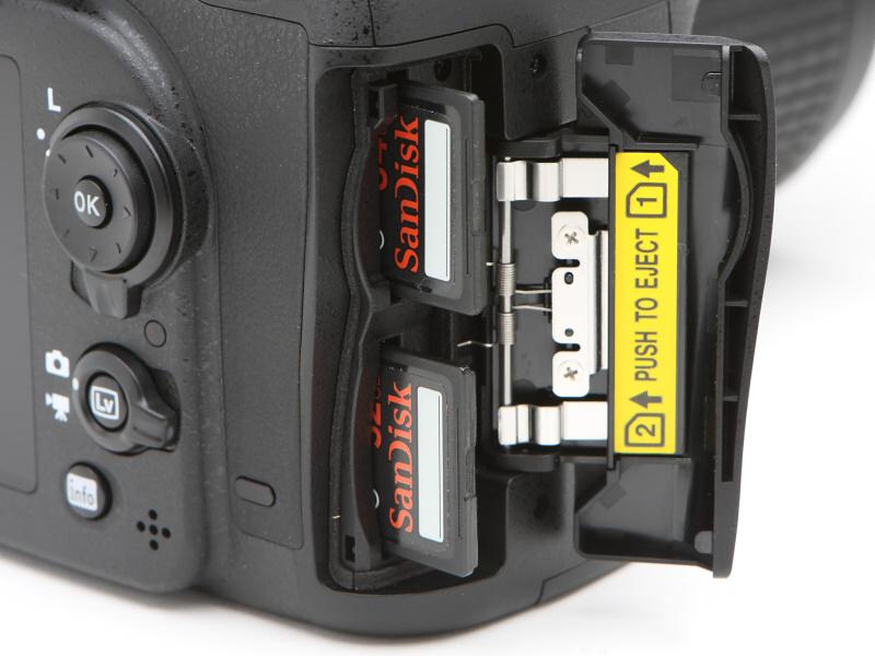メモリーカードスロットは2基搭載。使用メモリーカードはSDXC/SDHC/SDでUHS-I規格に対応する