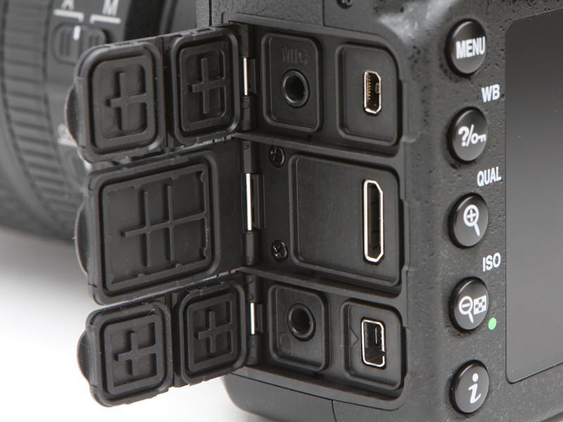 インターフェースは左上から時計回りに外部マイク入力端子、USB端子、HDMI出力端子、アクセサリーターミナル、ヘッドホン出力端子となる
