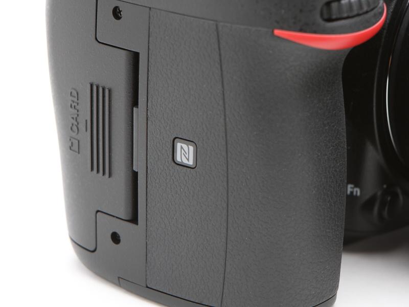 カメラの側面にそれぞれWi-FiとNFCのマークが。NFCは同マークのある部分にスマートデバイスをかざすようにする