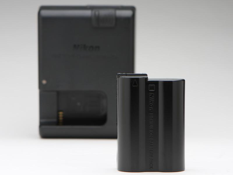 バッテリーはD810やD750、あるいは先代D7200などと同じEN-EL15を使用。D7200は省電力設計を採用し、フル充電の場合約1,110コマの静止画撮影を可能としている(CIPA準拠)