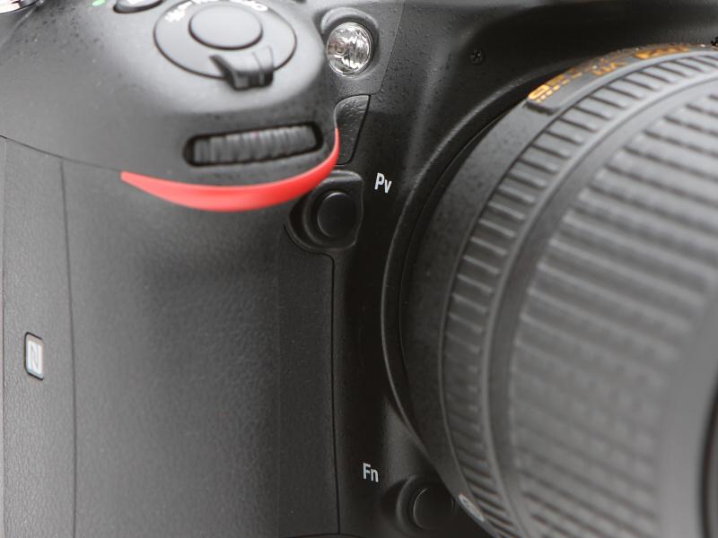 グリップの奥にはPV(プレビュー)ボタンとFn(ファンクション)ボタンを備える。ユーザーは右手の指先にその場所をしっかり憶えさせておきたい