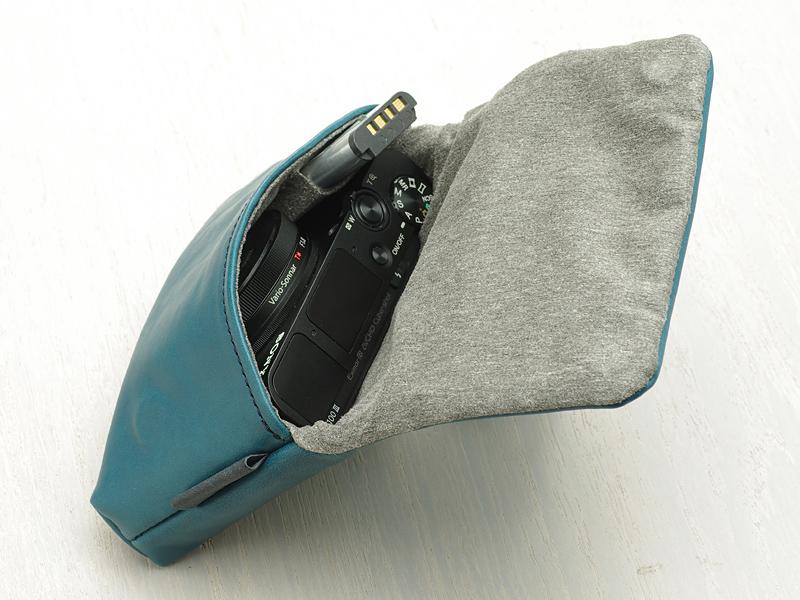 タイプ02のみバッテリーを収納できるポケットを備える