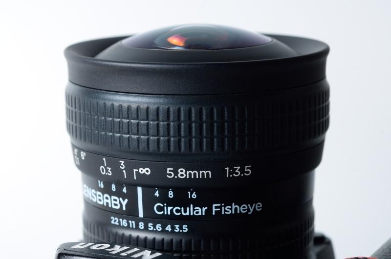 いかにも魚眼レンズらしく前玉が出ているので、付属専用キャップ以外は使用不可。フィルター取りつけもできないので注意