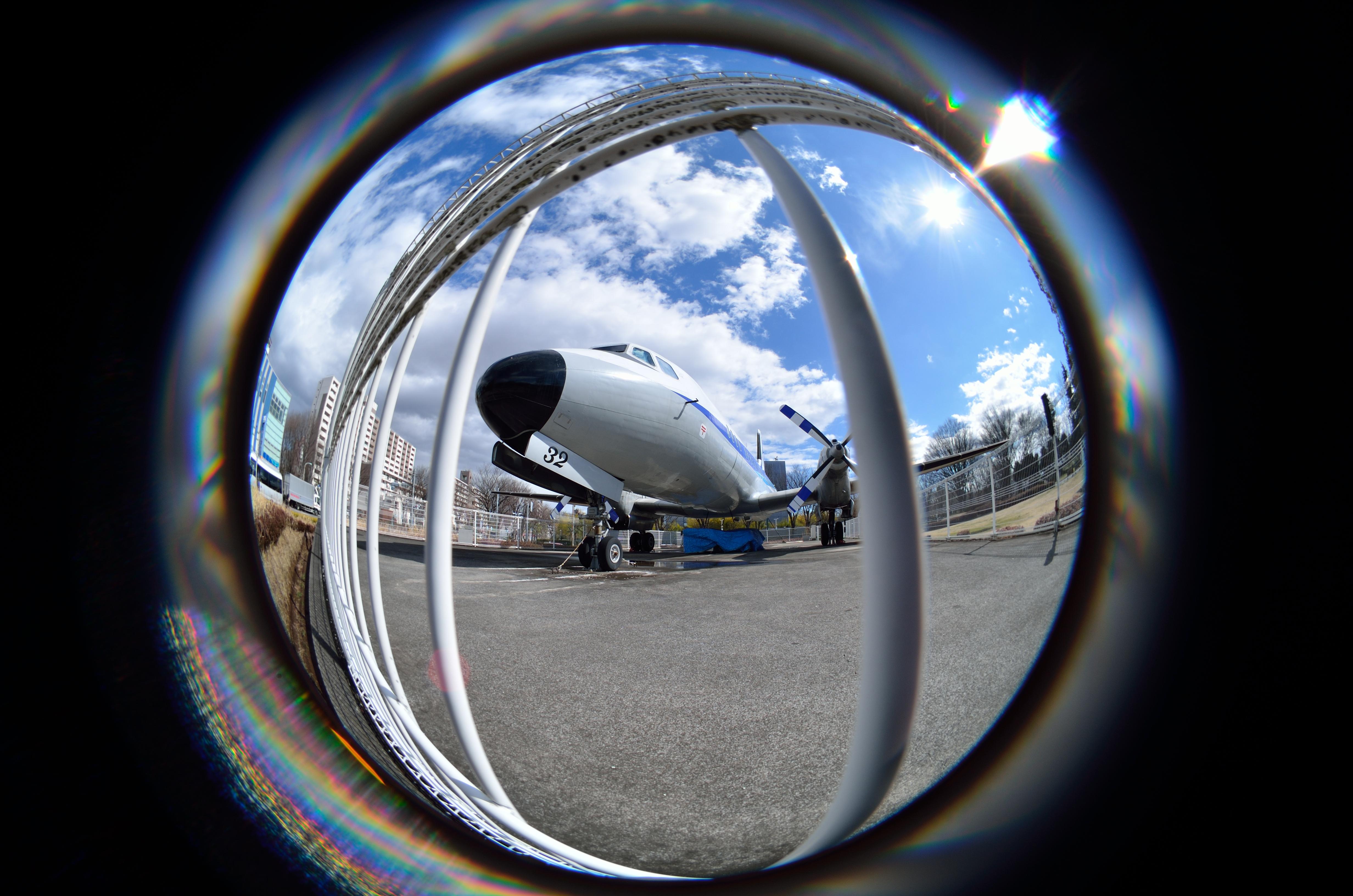 金網の接するぎりぎりで撮っても、機体を画面に収めることができるのは、画角183度の威力