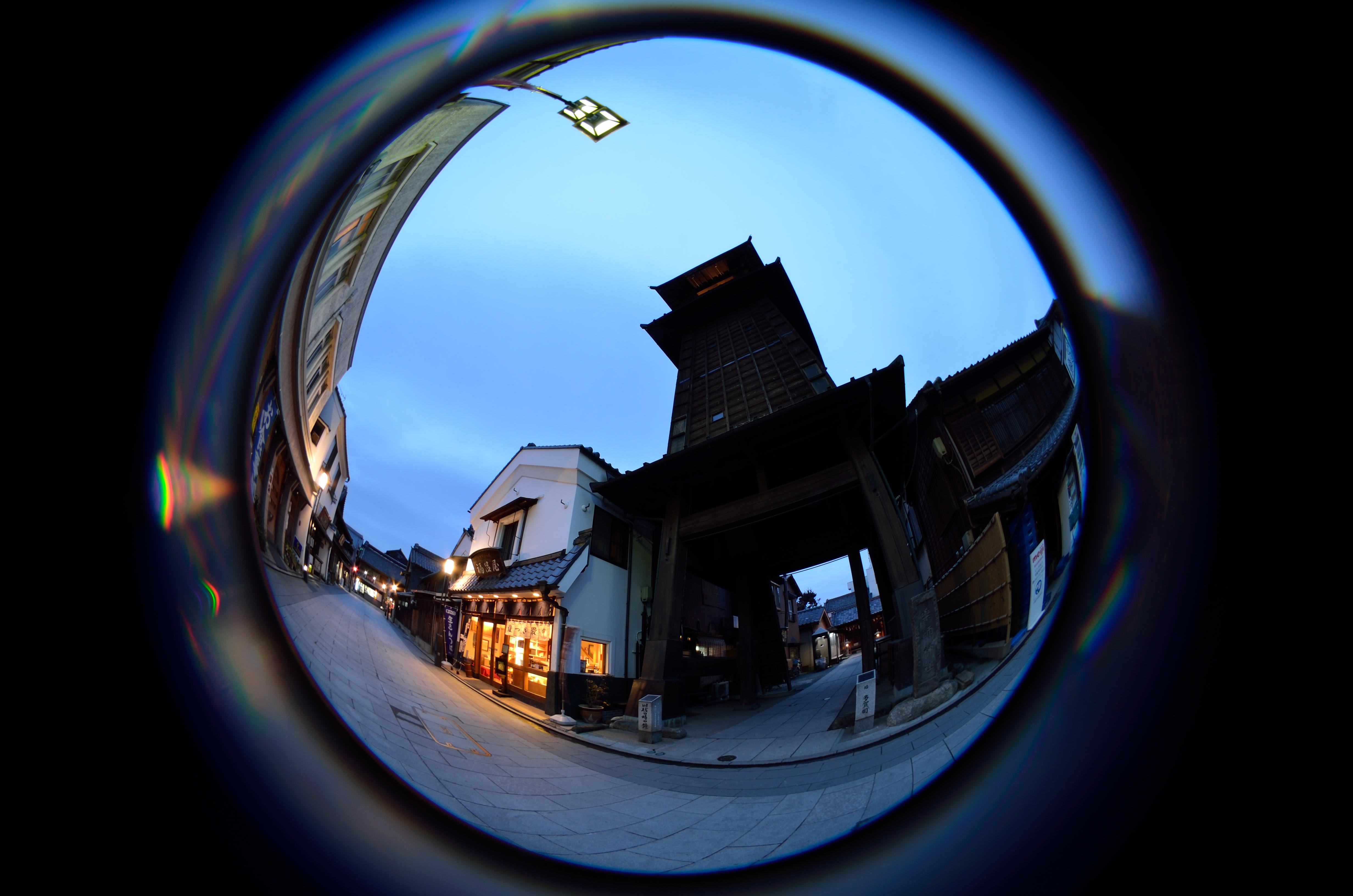 時の鐘の前で日没を待って撮影した。街灯や建物のゆがみ方が魚眼レンズならではの雰囲気をかもしだす