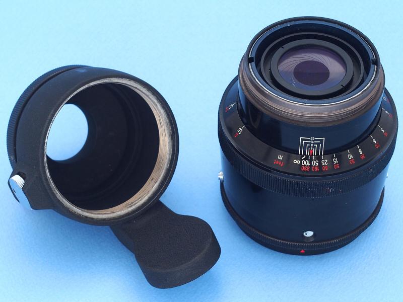 このタイプのCarl Zeiss Jena 180mm f2.8は、独自規格のネジによって、三脚座と一体となったマウントアダプターを分離できる。三脚座は360度回転式だが、アダプターから外すことはできない。マウントはエクサクタの他、M42、プラクチナ、フレクトスコープ(コンタックス用ミラーボックス)などのライカ判用、ペンタコン6など中判カメラ用などが作られた。絞りが円形(18枚羽根)なのも確認できるが、これは手動プリセット式ならではの利点だと言える。距離表示も独特の位置に刻印され視認性も良い