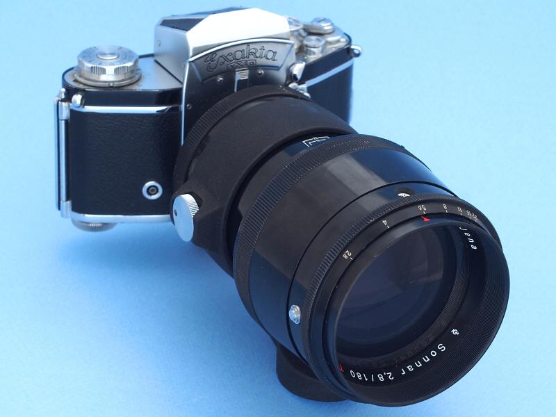 エクサクタマウントのライカ判一眼レフ「Exacta VX lla」にCarl Zeiss Jena 180mm f2.8を装着してみたところ。しかしファインダーを覗くと、ミラー切れによって視野の上方がケラレて構図がきちんと確認できない。エクサクタはレトロフォーカスではない短焦点レンズ(マクロキラー40mm等)に対応するため、ミラーが短めに設計されているのだ。そもそもエクサクタは左手仕様の使いにくいカメラとして有名で、このセットでちゃんとした写真を撮るのは至難の技だろう