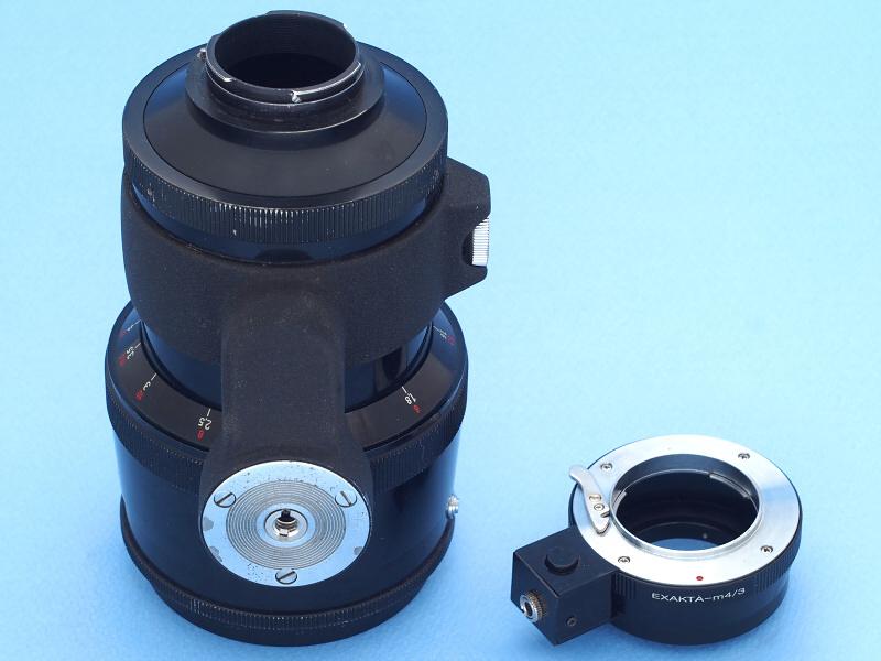 """と言うわけでCarl Zeiss Jena 180mm f2.8の潜在能力を引き出すためにも、最新のデジタルカメラに装着することに意味はある。用意したのは、エクサクタ→マイクロフォーサーズマウントアダプター(左)だ。このアダプターは以前の<a href=""""http://dc.watch.impress.co.jp/docs/review/labo/20140630_655536.html"""" class=""""n"""" target=""""_blank"""">記事で紹介した</a>自作改造品の「自動絞り仕様」だが、今回使用するレンズはプリセット絞りなので、自動機構は使用しない。"""