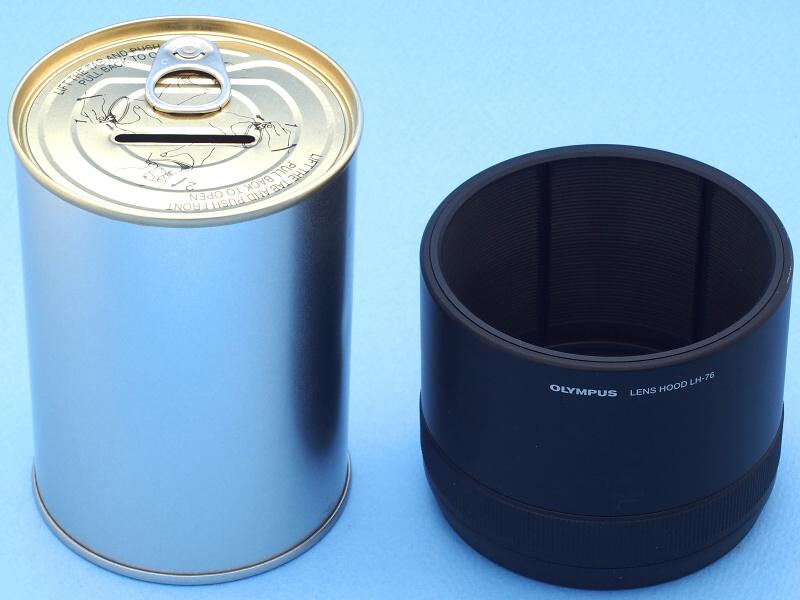 ところでM.ZUIKO DIGITAL ED 40-150mm F2.8 PROには引き出し機能を備えた優れたフードが付属している(右)。ところが中古で買ったCarl Zeiss Jena 180mm f2.8にはフードが無い。このレンズは単層コーティングということもあり、有害光をカットするフードは必需品だ。そこで100円ショップで買った「貯金缶」(左)を素材に、レンズフードを自作することにした