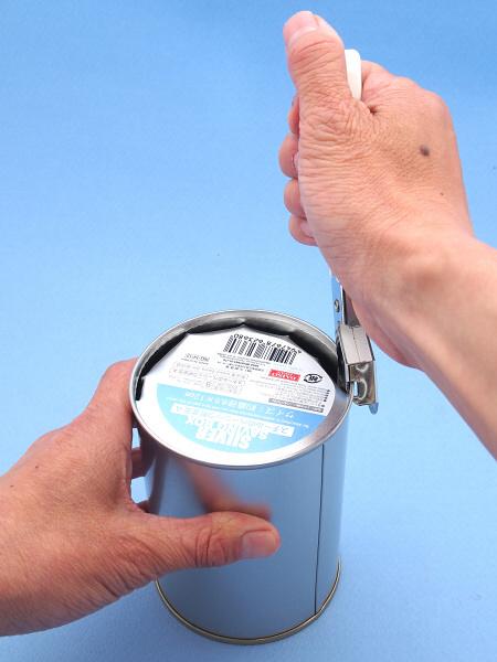 缶の底も、缶切りでキコキコ切って取り外す。すると缶が筒になってフードの原型が完成する