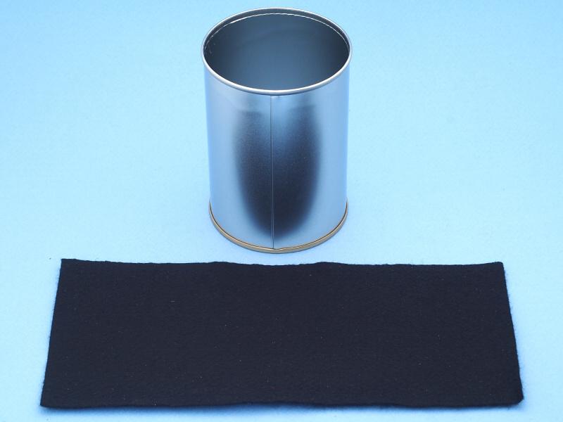 筒の内側はピカピカに光っているので、反射防止を施す必要がある。そこで用意したのは、同じく100円ショップで買った手芸用の黒フェルト素材である。これを適当な大きさにカットし、両面テープで貼り付ける