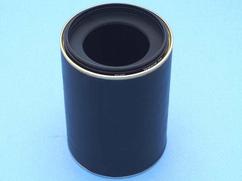 筒の内側から77mm→52mm径ステップダウンリングをはめ込み、外側から77mm径フィルター枠をねじ込む。これによって、レンズへの装着がより簡単確実になる。ステップダウンリングはたまたま持っていたのだが、フレアーカッターの効果も期待できる。これでレンズフードの工作は終了だ