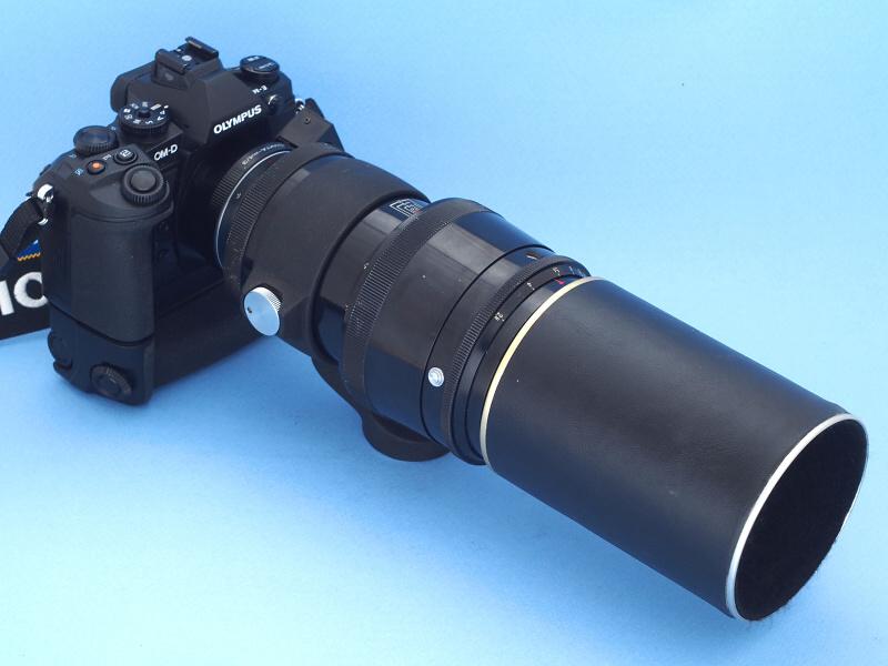 E-M1に装着してみたが、かなりカッコイイ。純正のドイツ製だと言っても、ちょっと見た目には分からないかもれない。さらにカメラ本体に専用の「パワーバッテリーホルダーHLD-7」を装着すると、ますますカッコ良くなる。いや実用的に考えても、レンズが重いのでバッテリーホルダーを装着した方がバランスが取れて持ちやすくなる