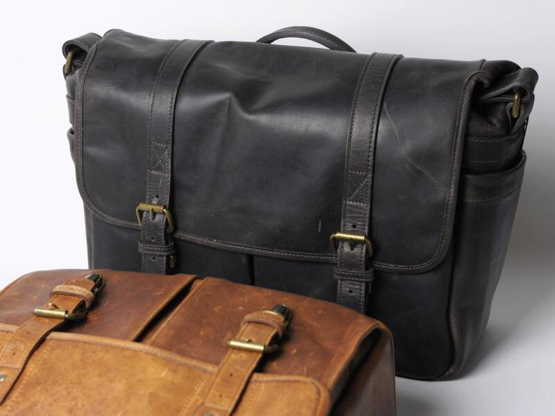 写真奥のレザーブリクストンは、13型ノートパソコンが入る横幅。必要なカメラ機材量と、このバッグを持ちたいシーンを考えて選ぶとよいだろう