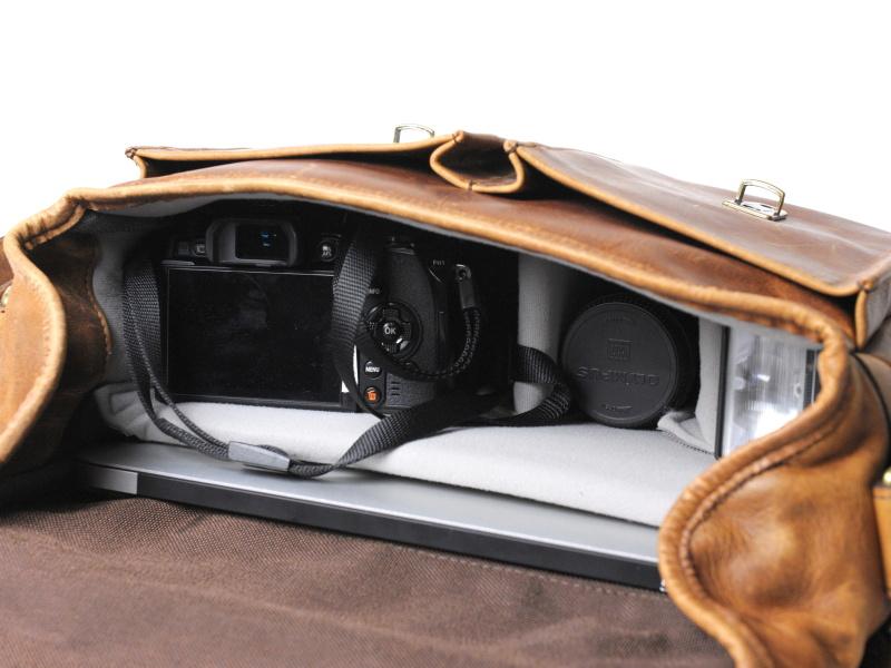 OLYMPUS OM-D E-M1とパソコンの収納例。見ての通り、一眼レフよりはミラーレス向けのバッグだ