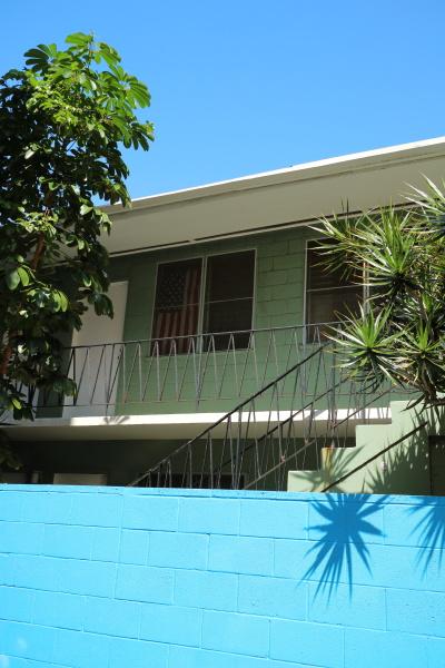 メイン通りを少し入ると、小さなコンドミニアムがあった。空と同じ色の青い壁と、樹木と同じ緑色の建物。2つの色の中にある星条旗が印象的な場面だ。キヤノンEOS M3 / EF-M22mm F2 STM / 22mm(35mm相当)/ 絞り優先AE(F4.5、1/500秒、-0.3EV)/ ISO 125 / WB:オート / ピクチャースタイル:オート
