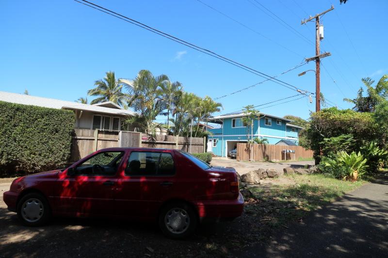 気持ち良い真っ青な空と青い家に対抗するような真っ赤な色の車が目立っていた。背後にある樹木の影でまだらになっている姿もまた、背景の清々しさと対照的で面白い。キヤノンEOS M3 / EF-M11-22mm F4-5.6 IS STM / 11mm(18mm相当)/ 絞り優先AE(F6.3、1/320秒、-0.7EV)/ ISO 125 / WB:太陽光 / ピクチャースタイル:オート