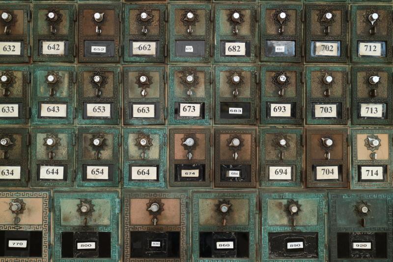 ハワイの小さな街で見つけた郵便局の古いポストは今も現役だ。ローキーにして年季の入った質感を表現した。キヤノンEOS M3 / EF-M18-55mm F3.5-5.6 IS STM / 18mm(29mm相当)/ 絞り優先AE(F4、1/125秒、-0.7EV)/ ISO 100 / WB:くもり / ピクチャースタイル:オート