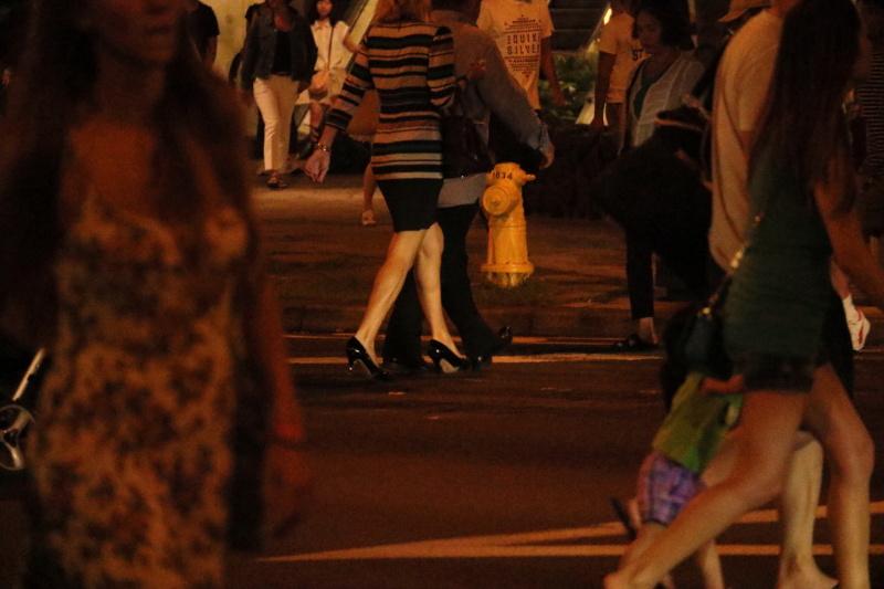 ワイキキのメインストリートを歩く人々は、カジュアルな服装が多い。その中でヒールを履いた女性の足元に目がいった。街灯が被写体に当たり明るくなったところを狙った。キヤノンEOS M3 / EF-M55-200mm F4.5-6.3 IS STM / 181mm(290mm相当)/ 絞り優先AE(F6.3、1/160秒、-1.3EV)/ ISO 12800 / WB:太陽光 / ピクチャースタイル:オート