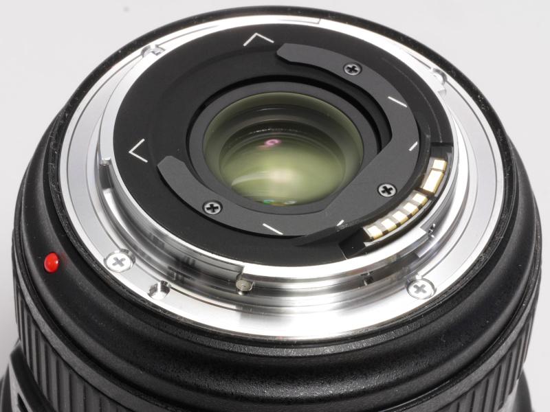 レンズ後部には「フィルターホルダー」があり、ここにゼラチンフィルターなどシートタイプのフィルターを適切なサイズに切って挟み込むことができる