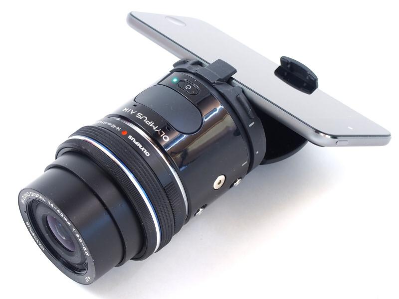 OLYMPUS AIR A01本体にM.ZUIKO DIGITAL ED 14-42mm F3.5-5.6 EZと、専用アダプターを介してスマートフォンを装着したところ。しかしこれはあくまで組み合わせの1つでしかなく、さまざまなタイプの撮影システムに変貌する可能性を秘めている