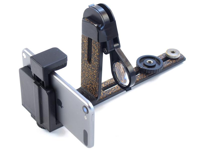 上記のパーツを組み立てると「モニター&シャッターボタン・ユニット」が完成する。ちなみにルーペはL字ブラケットにビニールテープで固定しているが、これによってスマートフォンの画面を至近距離で見て、構図やピントの確認ができるのだ