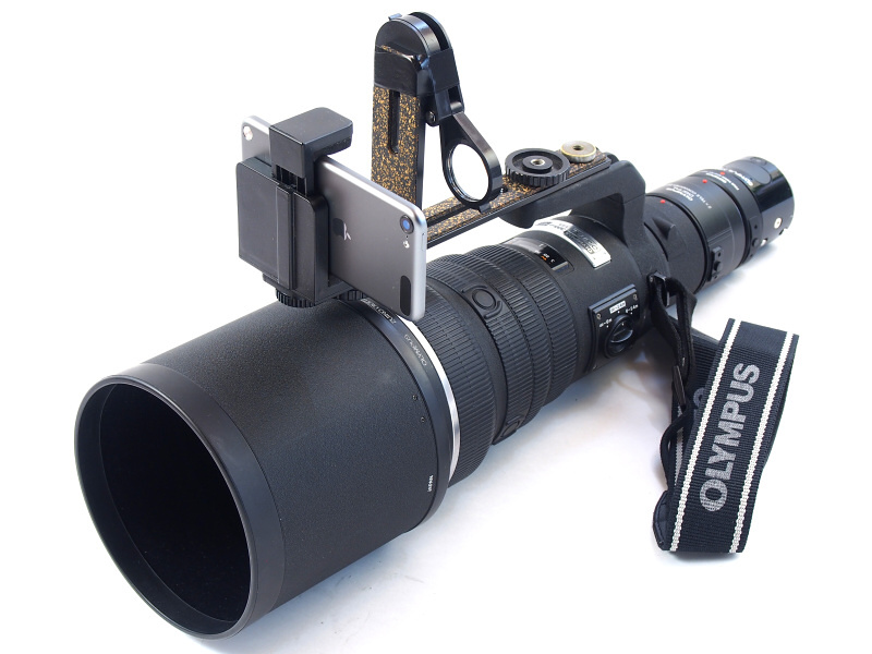 """「モニター&シャッターボタン・ユニット」は、上向きにしたレンズ三脚座に、止めネジによって固定する。これで世界初? の""""ロケットランチャースタイル超望遠カメラ""""が完成する"""