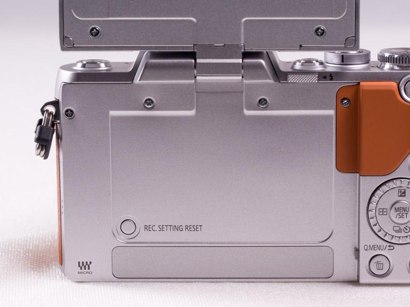 液晶モニターを開けると「撮影設定リセットボタン」が。