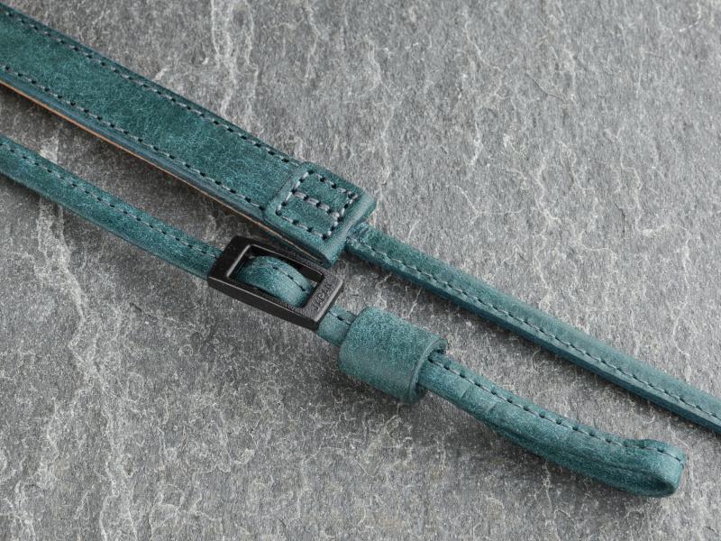 先端のレザーベルトが細く、取り付け具が6~7mmのカメラに対応する