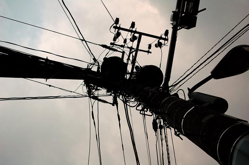 放射状のラインで、バーッと広がるリズムが感じられる。電柱と思うとつまらないが、リズムとして注目してみよう。
