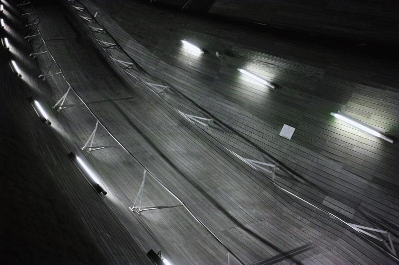 桟橋の通路にある街灯がリズムを刻んでいる。カーブによって音階や音の大きさが上がっていくイメージ。