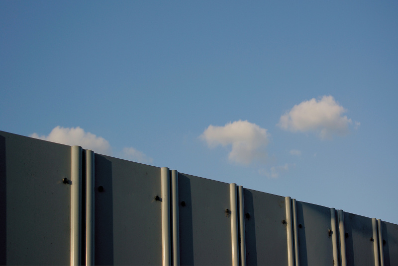 鉄板の縦のラインの連続が、4拍子のリズムを刻むイメージ。雲はリズムではないが、邪魔をせず、倍音的な役割をしている。