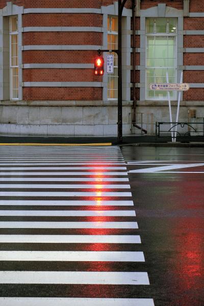雨に濡れた横断歩道の線に、リズムを発見。手前から奥に、どんどん縮まっていき、最後に信号が「ドン」と入る。オブジェクトとしては2種類あるが、互いに邪魔をせずハーモニーを奏でている。