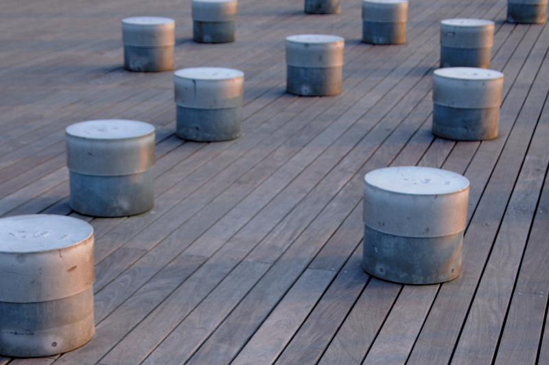 横浜の大桟橋のベンチが、ランダムに並ぶ。床の板目は規則的に整然と並んでおり、その対比によってリズムの印象が強くなった。