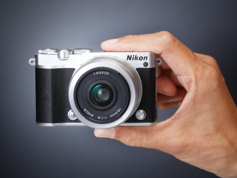 レンズはダブルレンズキットに含まれる1 NIKKOR 18.5mm f/1.8