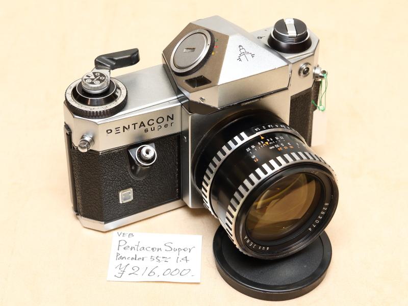旧東ドイツ製の高級一眼レフ。1968年から72年までに4000台余りがつくられた。パンカラー55mm F1.4は描写に定評のあるレンズ。マウントはM42。(早田カメラ)