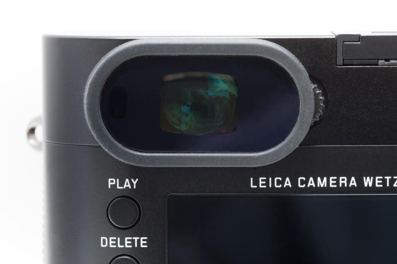 EVFはアイセンサーを持つ。それでもアイカップは薄く仕上げてあり、ライカQのデザインを損なわない。またアイピースも大きくて見やすい。