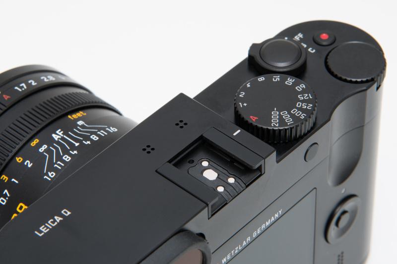 トップカバーはストロボを内蔵せず、シンプルだ。アクセサリーシューの手前には、動画用のステレオマイクを持つ。動画はフルHDに対応。