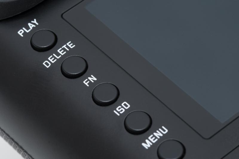 「PLAY」ボタンは再生ボタン。「FN」は機能の割り当てができるファンクションボタンだ。背面モニターは背面部とフラットで美しい仕上がり。