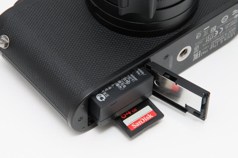バッテリー。小型ながら、DNG+JPEGで600ショット以上撮っても、まだ撮影が可能だった。またSDカードスロットもこの場所に備える。