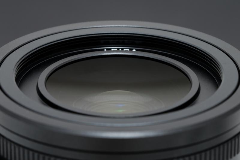レンズはライカ ズミルックス f1.7/28mm ASPH.。第1面が凹面だ