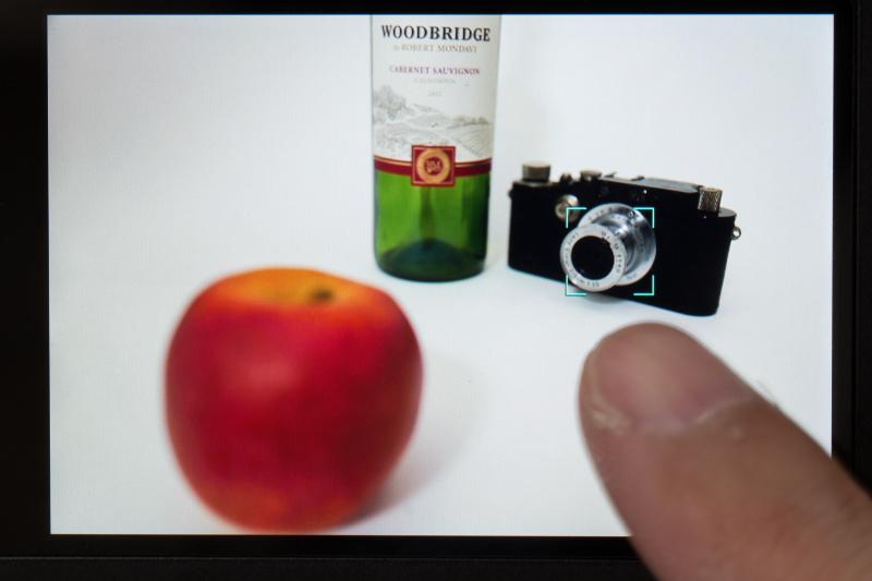 カメラを固定したままカメラにタッチ。カメラにピントが合って、リンゴがボケた。