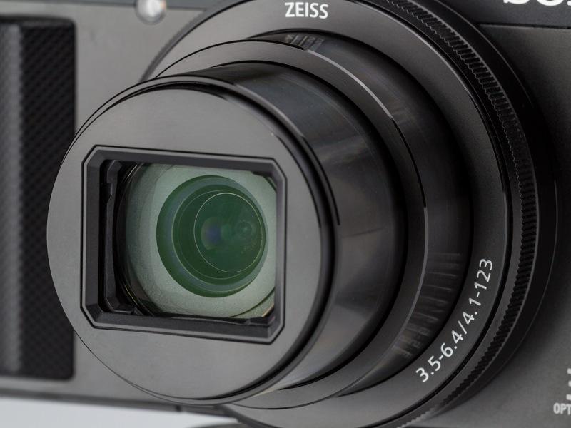 搭載レンズは10群11枚構成のバリオ・ゾナーT*。24-720mm相当F3.5-6.4。最短撮影距離は、広角端で5cm、望遠端では250cmとなる。