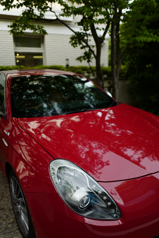 鮮やかな赤い車。それでも赤はほとんど飽和せず、車体の滑らかさがよくわかる。ライカQの色調は、鮮やかすぎず、地味すぎない。ISO100 / F1.7 / 1/1,000秒
