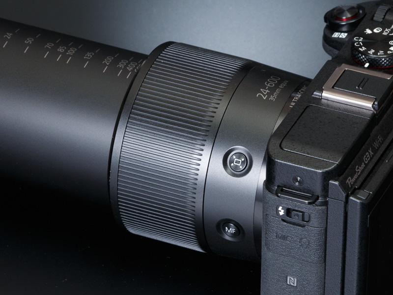 レンズ鏡胴部に「フレーミングアシスト(探索)」ボタン、その下にマニュアルフォーカスボタンを装備する