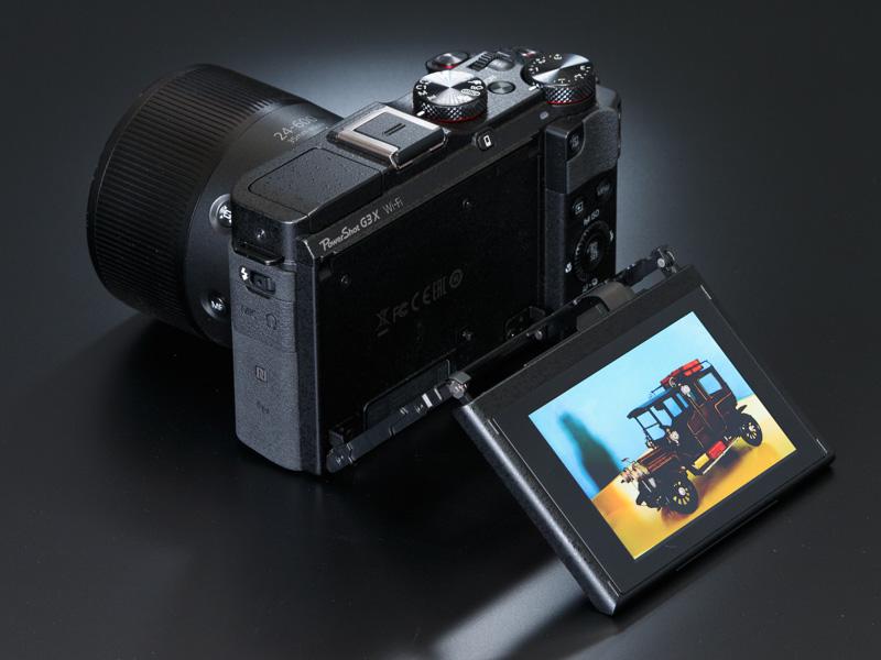 ローポジションやハイポジションでの撮影に有利なチルト可動液晶を搭載。上に180度回せば、自分撮りも行える