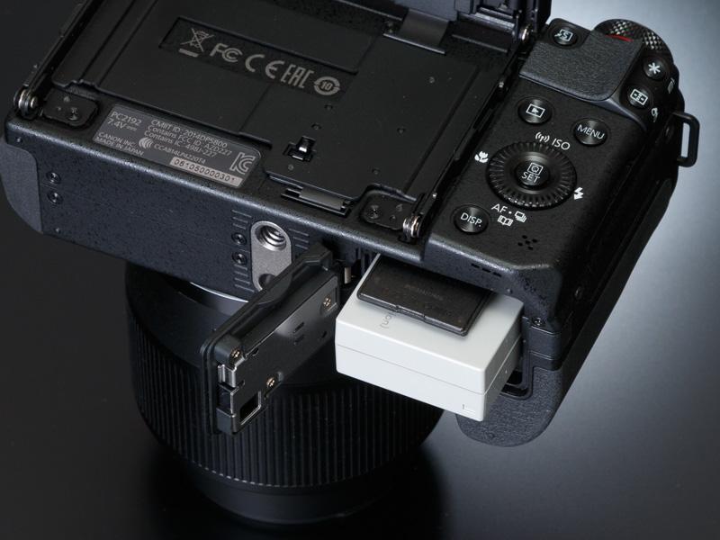 記録メディアはSDXC/SDHC/SDカードで、電源にはリチウムイオン電池「NB-10L」を採用。CIPA準拠の撮影可能枚数は約300枚。エコモードで約410枚となる