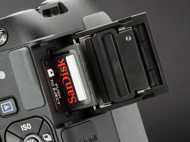 SDカードスロットのカバーの裏にパッキンがあって、水などの侵入を防いでくれる。