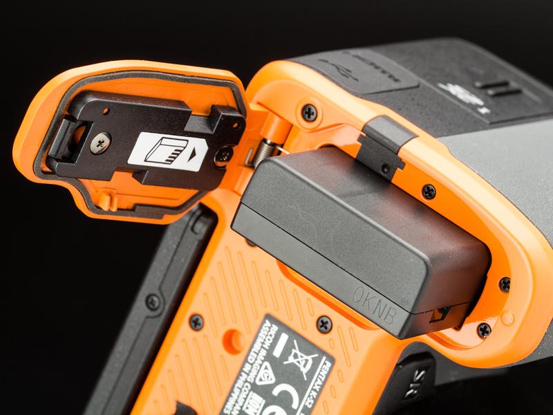 底面のバッテリー室カバーの裏にもパッキンがある。部品のコストも組み立ての手間も増えるので、通常はエントリークラスには採用しない。