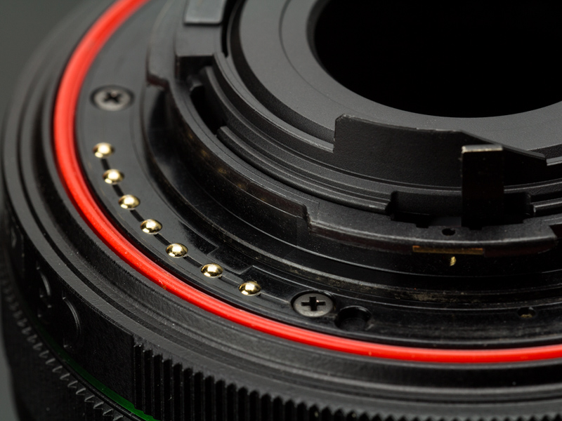 DA L 18-50mm F4-5.6 DC WR REのマウント部。赤いリング状のパッキンが埋め込まれている。
